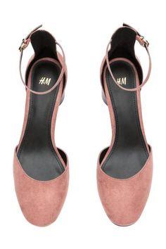 Sandálias de salto : Sandálias de salto alto com saltos redondos em madeira sintética e presilha ajustável no tornozelo com fivela de metal. Forro e palmilhas em pele sintética. Solas de borracha. Salto de 6,5 cm.