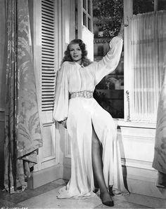 "Rita Hayworth posing for ""Gilda"" Old Hollywood Glamour, Classic Hollywood, Hollywood Style, Hollywood Fashion, Vintage Glamour, Hollywood Celebrities, Vintage Hollywood, Vintage Beauty, Gloria Dehaven"
