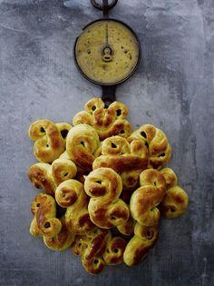 Ruotsalaiset sahramipullat // Swedish Saffron Christmas Buns Food & Style Elina Jyväs, Baking Instinct Photo Sami Repo www.maku.fi