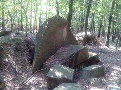 Stovky let stará těžba kamene v lese. Kámen se zde těžil na stavbu kláštera v Oseku, Česká republika
