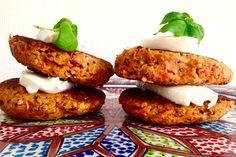 Hier een heerlijk vegetarisch recept: Wortel burger. Dit groentenburger recept bevat ook info over vleesvervangers, kwaliteit van vlees en meer. Varieer:)