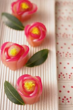 八 重 重 Yae-tsubaki - Gefüllte japanische Kamelie Japanese Sweets, Japanese Wagashi, Japanese Food Art, Japanese Cake, Desserts Japonais, Little Lunch, Asian Desserts, Eclairs, Edible Art