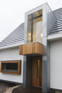 In Beekbergen hebben wij een vrijstaande woning opgeleverd met een modern strak ontwerp; Gestucte gevels, vlakke dakpan en zinken vooruitspringende entree.