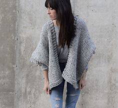 This Easy Telluride Kimono Free Knitting Pattern uses super bulky yarn and large needles, so it works up fairly quickly. Knitting Terms, Sweater Knitting Patterns, Knit Patterns, Free Knitting, Knitting Needles, Crochet Pattern, Easy Knit Blanket, Knitted Blankets, Knitted Shawls