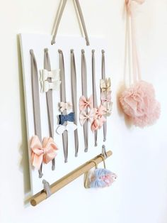 Acessory Board- Upsize Headband, bow & Hair Clip Storage- for the bow addicts! Diy Hair Accessories Storage, Hair Clip Storage, Hair Clip Organizer, Baby Girl Accessories, Accessories Store, Diy Hair Bow Holder, Diy Hair Bows, Bow Holders, Baby Headband Storage