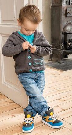 Gratis strikkeopskrifter: Strik en sej hættetrøje til små drenge (op til 4 år) med broderet sav som motiv på det ene forstykke og knapper, der matcher i farven