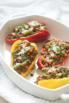 This Easy Ground Turkey Stuffed Peppers recipe is low-carb, gluten-free and super easy and quick to make! Enjoy and have fun making them! Healthy Dinner Recipes, Low Carb Recipes, Diet Recipes, Healthy Foods, Salad Recipes, Paleo Dinner, Healthy Eats, Recipies, Food Trucks