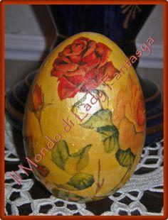 Uovo in polistirolo medio-grande lavorato con tecnica del tovagliolo a motivi floreali