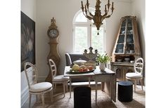 An 18th-century Venetian corner cabinet, a 19th-century Belgian still life, and a Swedish drop-leaf table make the breakfast room feel as ifit's been lifted out of an earlier century—yet Tara has balanced thepieceswith dining room chairs and a gray banquette from Tara Shaw Maison.