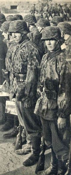 Waffen SS In Action In France: Pictures By War Reporter Friedrich Zschäckel Military Photos, Military Art, Military History, German Soldiers Ww2, German Army, Germany Ww2, German Uniforms, Ww2 Photos, Total War