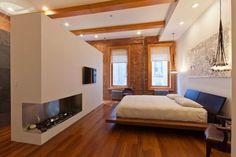 Integração total, com revestimentos e um projeto luminotécnico danados de bons garantem beleza e aconchego a esse loft minimalista.