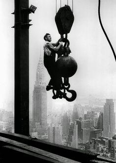 """Icónico, majestuoso, emblemático, imponente e impresionante...El Empire State Building puede ser """"el rascacielos más famoso en el mundo."""" A mediados d..."""