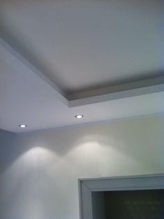 Eine zusätzliche Abhängung der Decke mit überstehender Kante ermöglicht den Einsatz von indirektem Licht