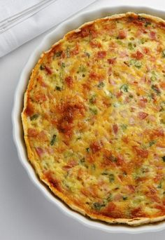 The tastes of asparagus and bacon complement each other beautifully in this really quite easy quiche. Combine the ingredients, bake for 40 minutes, and you have a delicious weeknight dinner. Broccoli Quiche, Bacon Quiche, Cheese Quiche, Tuna Quiche, Zucchini Quiche Recipes, Crab Quiche, Frittata, Spinach Strata Recipe, Strata Recipes