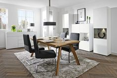 Nábytek z obývacího programu Feel je pravou ukázkou klasickéhostylu , který je neustálepodstatnou součástí dnešního designového... Office Desk, Dining Table, Feelings, Furniture, Design, Home Decor, Homemade Home Decor, Diner Table, Desk