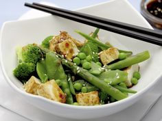 Knuspriger Tofu mit Sesam dazu grüner Gemüsesalat - smarter - Zeit: 30 Min. | eatsmarter.de Wir sehen grün!!!