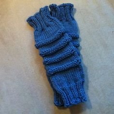 Baby Legwarmers pattern by Lilla Jente - Free Knitting Pattern on Ravelry Knitting For Kids, Crochet For Kids, Free Knitting, Baby Knitting, Knitting Patterns, Baby Leg Warmers, Wrist Warmers, Crochet Baby Booties, Tricot
