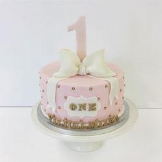 To one year Birthday party cute pink cake with big bow and bigger number one. Yksvuotis synttäreille suloinen, vaaleanpunainen kakku isolla rusetilla ja vielä isommalla numerolla. #birthday #birthdaycake #cake #pink #cute #bow #numberone #kakkuhelmi #bakery #sugarart #sugarcraft #syntymäpäiväkakku #söpö #rusetti #vallila