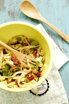 Pasta med squash, valnødder og tørrede tomater. Dressing: olie, limesaft, oregano. God til madpakken.