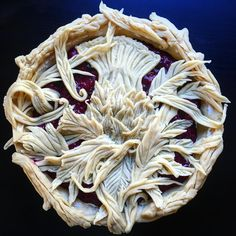 😁'A Thistle in the Wild' pie: gin-soaked black cherry, raspberry, and red currant filling with a gin pastry crust with wild freeform flower, leaf and stem figural trimmings Creative Pie Crust, Beautiful Pie Crusts, Pie Crust Designs, Pie Decoration, Pies Art, Pastry Design, Perfect Pie Crust, Pie Tops, Pastry Art