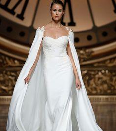 Robe de mariée romantique avec cape - Pronovias