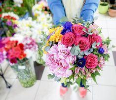 the art of making a colorful bouquet Bouquets, Colorful, Table Decorations, Home Decor, Art, Art Background, Decoration Home, Bouquet, Room Decor