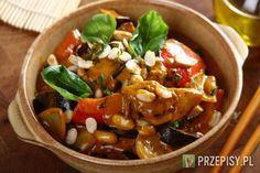 Pokrój kurczaka na kawałki i podsmaż na rozgrzanym oleju.   Pokrój cebulę i paprykę. Bakłażana podziel wzdłuż na cztery części i pokrój na mniejsze kawałki. Dodaj wszystkie warzywa do mięsa i smaż jeszcze 5-6 minut.   Gdy wszystko się usmaży, dodaj curry oraz orzechy.   Rozmieszaj śmietanę ze szklanką wody lub bulionu oraz zawartością opakowania Fix Knorr.  Wlej sos do kurczaka i gotuj 8 minut. Danie dopraw sosem sojowym. Możesz również przygotować wersję wegetariańską, nie dodając ...