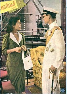 King of Thailand : His Majesty King Bhumibol Adulyadej (RAMA IX) พระบาทสมเด็จพระเจ้าอยู่หัวภูมิพลอดุลยเดช และ ม.ร.ว. สิริกิติ์ กิติยากร พระคู่หมั้น บนเรือรบหลวงศรีอยุธยา ในการเสด็จนิวัตจากสิงคโปร์สู่กรุงเทพมหานคร ภาพจากปกนิตยสาร เดลิเมล์ วันจันทร์ ฉบับที่๑๘ วันที่ ๑๐ เมษายน พ.ศ. ๒๔๙๓ ; 10 April 1950