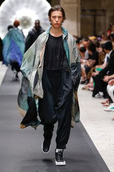 Y-3 Spring 2019 Ready-to-Wear collection, runway looks, beauty, models, and reviews.