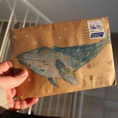Sobre con dibujo de ballena