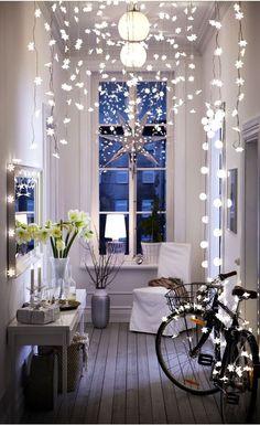 Décoration d'un couloir pour Noël avec de jolies guirlandes
