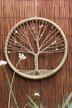 capteur de rêve, modèle très intéressant avec un réseau de fils en forme d'arbre                                                                                                                                                                                 Plus