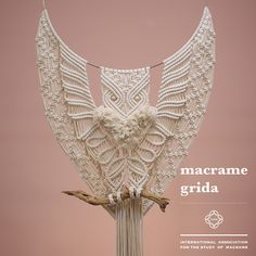 Love this but maybe add some coloured wool for more detail. Macrame Owl, Micro Macrame, Macramé Art, Macrame Curtain, Macrame Design, Macrame Projects, Macrame Patterns, Hobbies And Crafts, Yarn Crafts