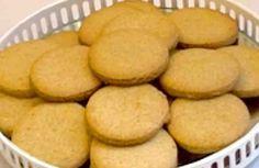 La miel es un ingrediente muy apreciado en la cocina, especialmente en la repostería. Su textura fluida y su sabor dulce otorgan un toque especial a aquellas elaboraciones a las que se les incorpora. Un ejemplo son las galletas, que ganan en aroma y sabor gracias a la miel. Si deseas probar galletas Mexican Sweet Breads, Mexican Food Recipes, Sweet Recipes, Cookie Recipes, Snack Recipes, Snacks, Bite Size Desserts, Christmas Sugar Cookies, Pan Dulce