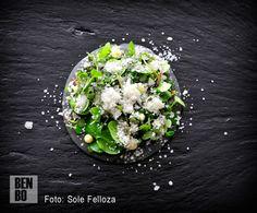 Pulpito de tierra con salazón. Un plato que reúne la tierra gallega (mini berzas) con el mar a través de las salazones.