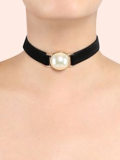 Feel like a princess in the Statement Pearl Choker Necklace! Features a faux velvet upper, statement pearl choker design, and an adjustable lobster clasp. #choker #classic #MakeMeChic #MMCstyle #ootd #MMC #style #fashion #newarrivals #summer16