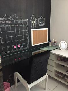 Decoração. Quarto. Escrivaninha. Estudo. Calendário de giz. Parede lousa Girls Bedroom, Bedrooms, E Design, Home Office, Corner Desk, Sweet Home, Organization, Supercars, House