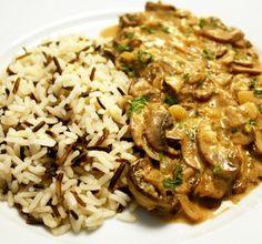 Estrogonofe de cogumelos. Excelente opção vegetariana para o dia a dia ou uma ocasião especial. Super fácil e rápido de preparar!