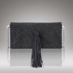 A Clutch Nuit Etóile é especial e versátil. Feita em tecido importado sobre couro preto, ela tem um fechamento imã e sua alça removível proporciona a facilidade de levá-la tanto como carteira ou tiracolo.