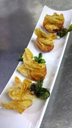 Farcellets d poma i sobrassada Finger Food Appetizers, Appetizers For Party, Appetizer Recipes, Tempura, Tapas Menu, Spanish Dishes, Chips, International Recipes, Creative Food