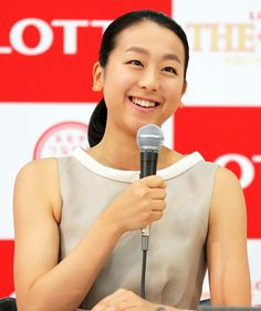 アイスショーの会見に出席した浅田真央は記者の質問に笑顔で答える (419×500) 「真央求める高水準レベル 真の現役続行=試合出場」 http://www.nikkansports.com/sports/news/1478567.html