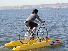Homem cria bike aquática para pedalar no mar