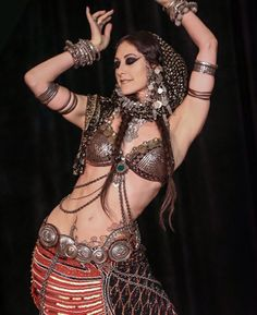 since can't tolerate weight on head or pins,maybe scarf tacked to headband ? Rachel brice Plus Tribal Fusion, Rachel Brice, Harem Girl, Tribal Costume, Tribal Belly Dance, Belly Dance Costumes, Tonne, Dance Fashion, Belly Dancers