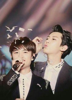 Chanyeol blowing confetti on Kyungsoo ⒸⒽⒶⓃⓈⓄⓄ Kyungsoo, Chansoo, Chanbaek, K Pop, Korean Magazine, Rapper, Exo Couple, Exo Korean, Wattpad