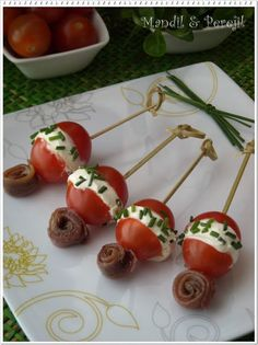 Tomate cherry y queso Tapas Menu, Tapas Bar, Xmas Dinner, Exotic Food, Mini Foods, Appetisers, Canapes, Party Snacks, Sweet Recipes
