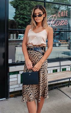 Alerte Tendance: Jupe Midi Léopard - Things to Wear - Boho Outfits, Skirt Outfits, Trendy Outfits, Fashion Outfits, Fashion Boots, Jupe Midi Leopard, Leopard Skirt, Animal Print Skirt, Animal Print Outfits