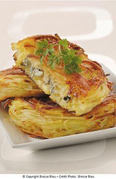 Ingrédients : 600 g de pommes de terre Charlotte 1 cuillère à soupe d'huile 150 g de Bresse Bleu 1 pincée de sel 1 pincée de muscade Préparation : 1. Épluchez et râpez les pommes de terre. Salez et ajoutez la muscade. 2. Dans une poêle huilée, disposez la moitié des pommes de terre râpées et laissez