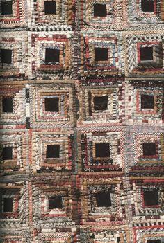 Love the black center in Log Cabin! Gamla svenska lapptäcken by Åsa Wettre Old Quilts, Antique Quilts, Scrappy Quilts, Vintage Quilts, Small Quilts, Log Cabin Quilt Pattern, Log Cabin Quilts, Log Cabins, Rustic Cabins