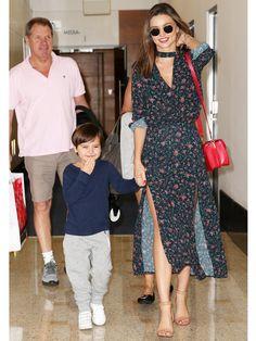 シドニーの家族の元へフリン君と共に帰国したミランダ・カー。12月に夏を迎えるオーストラリアにぴったりの「ジマーマン」のスリットドレスには「アレキサンダー ワン」のストラップサンダルを合わせてリゾートチ...