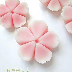 【ayakona1104】さんのInstagramをピンしています。 《おはようございます(^^) ✽ ✽ 最近作品のpicが桜か椿ばかりですみません ✽ ✽ と言うのも、最近桜スランプに陥ってたので、本当にただひたすら納得がいく桜を作り続けていました。 ✽ ✽ その間に捨てた桜の数はどれ位だろう?^^; ✽ ✽ 特にメンタム缶に乗せる桜は、いつもの桜より色が濃い目の桜を乗せたいので、その色を出すのに本当に苦労しました。 ✽ ✽ でもですね!桜スランプ抜けたかな〜って感じです!!ヽ(=´▽`=)ノ♪ ✽ ✽ 今日のpicの桜は今まで作った桜の中でピカイチです!! ✽ ✽ 色、ぼかし、形、もう本当にキタァー!!(・∀・)✨って感じです! ✽ ✽ この調子でイヤリングも作り直そうと思ってます。(一応作ってはいたんですよ、イヤリング^^;) ✽ ✽ この美しい桜さんは、メンタム缶(大)に堂々と載せますっ!! ✽ ✽ 綺麗に仕上がるといいなぁー❤ ✽ ✽ #和菓子 #上生菓子 #練り切り #樹脂粘土 #樹脂粘土アクセサリー #和菓子アクセサリー #お花 #花 #桜 #お花アクセサリー…
